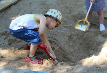 子供の発達にいいことだらけの砂遊び,何歳までさせていいの?