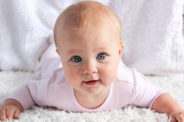 自分を叩く赤ちゃんって大丈夫なの?なにか理由はある?