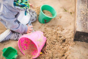 幼児期の子が砂場遊びをするときに活躍するアイテムとは!?