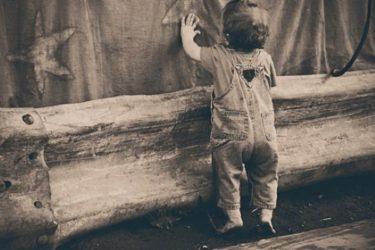 赤ちゃんが壁を叩くのには何か意味があるの?やめさせるべき?