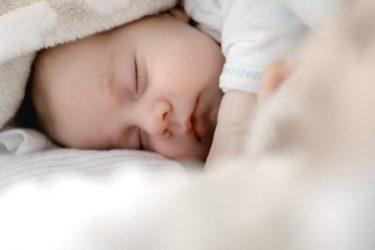 赤ちゃん、私のためにも、いつから夜通し寝てくれるようになる?