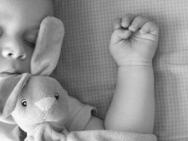 赤ちゃんが自分で頭を叩く理由とは?!もしかして、病気?